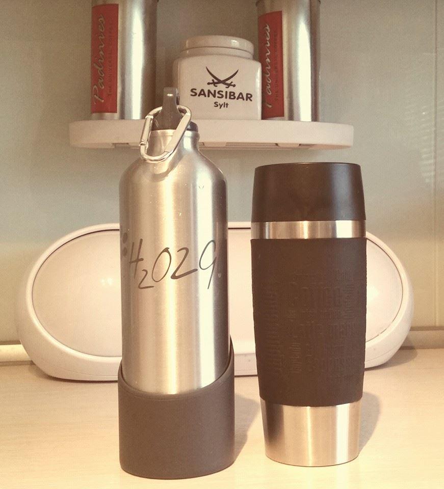 Hundetrinkflasche und Kaffeebecher